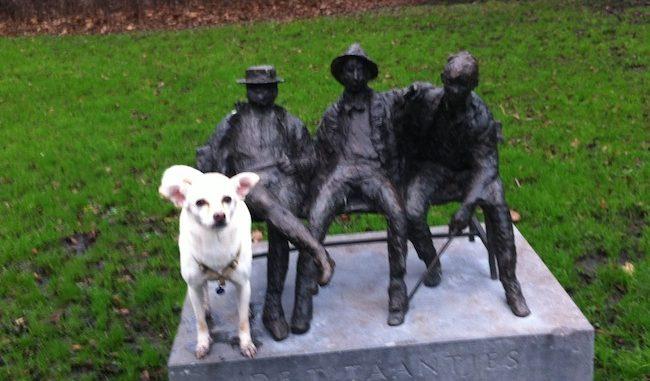 Tibbie bij beelden in Amsterdam